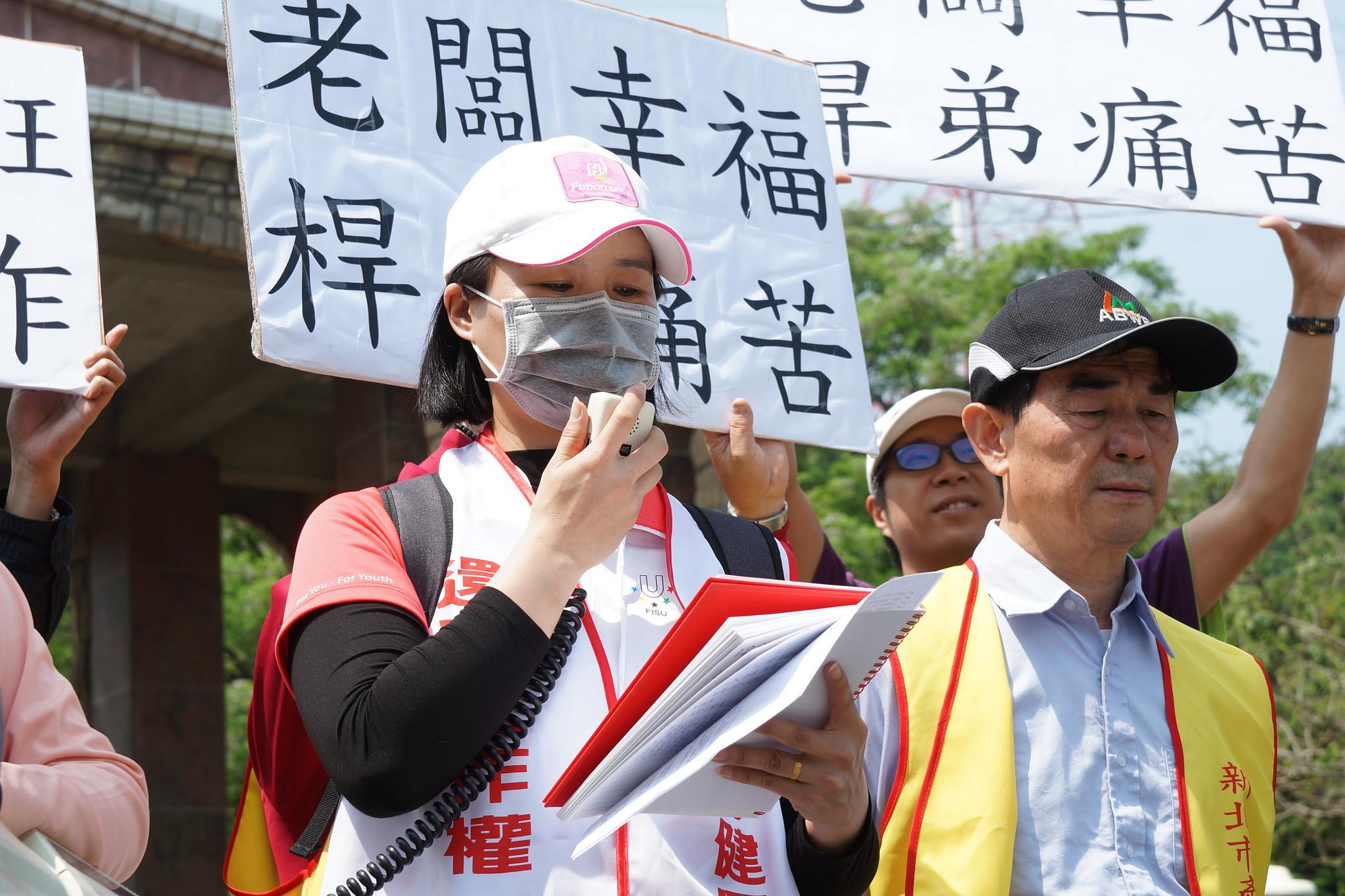 工會理事長表示,球場強迫桿弟簽委任契約,不簽的人就停班,立刻失去收入。(攝影:王顥中)