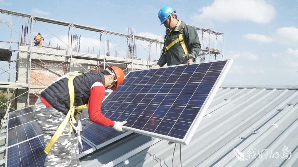 951-1-22s民眾想利用屋頂賣電,會面臨融資、違建問題、還有台電饋線容量有限等各種限制。