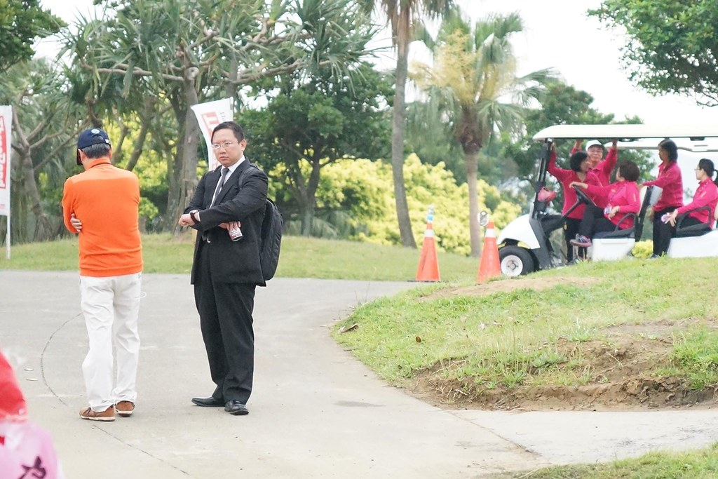 穿著橘色衣服者為幸福高球場副總,黑色西裝者為資方的律師。(攝影:王顥中)