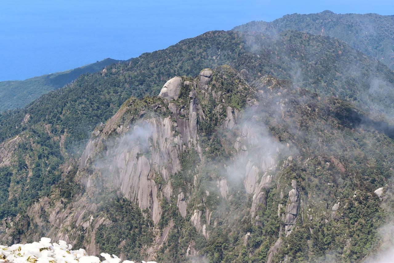 永田岳から眺める障子岳の花崗岩