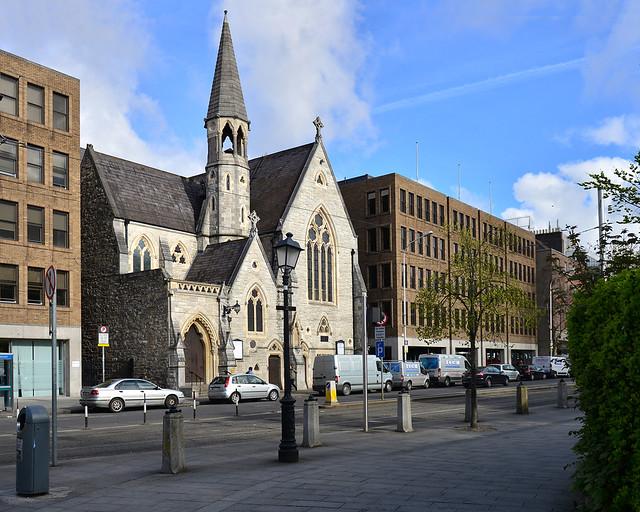 Calles de Dublín de ladrillo visto y una iglesia entre los edificios