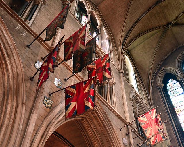 Detalle de banderas del Reino Unido en el interior de la catedral de San Patricio de Dublín