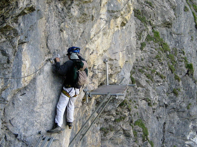 Klettersteig Bern : Traversieren in der wand klettersteig kandersteg allmenalpu flickr