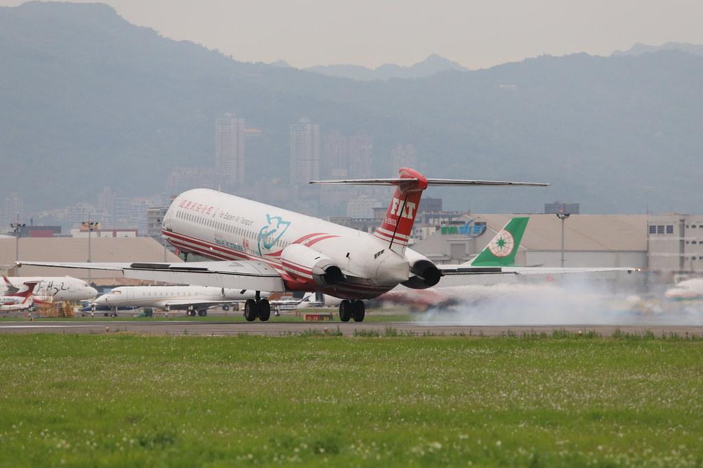 ... FE MD-82 B-28035 | by EddieWongF14