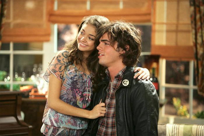 Fotograma dela serie Modern Family, en la que Ewing interpreta a Dylan, el peculiar novio de Haley Dunphy. Ewing confesó recientemente sufrir Trastorno Dismórfico Corporal.