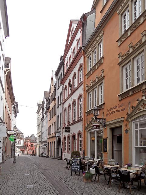Enge Gasse mit Kopfsteinpflaster in der Koblenzer Altstadt