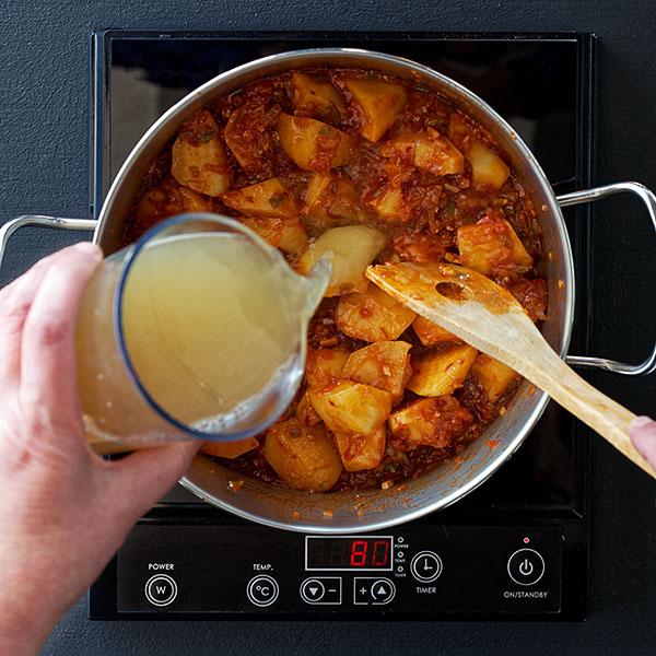 Añadir fumet al marmitako