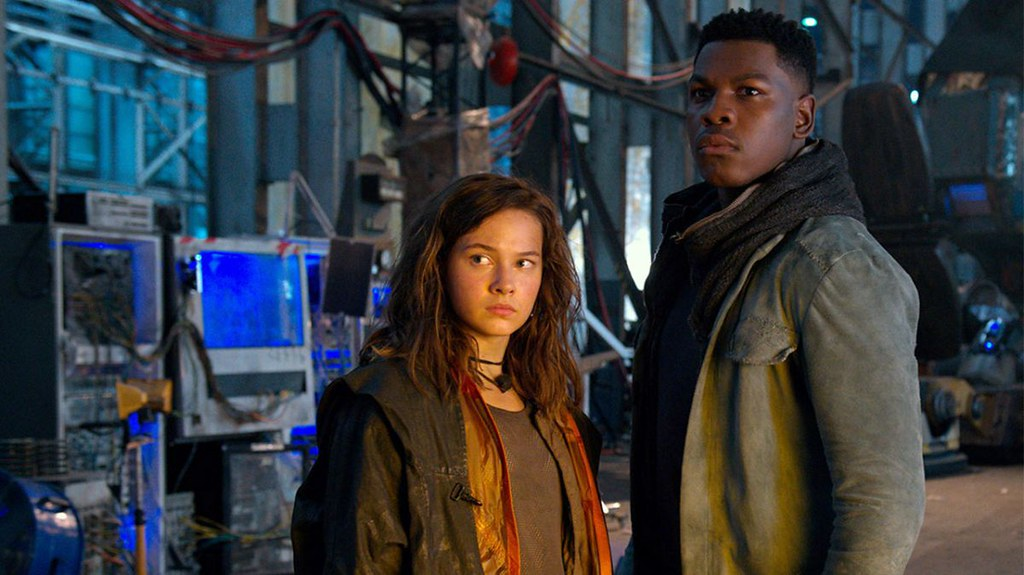 Amara Namani (Cailee Spaeny) vàJake Pentecost (John Boyega) trong phim Pacific Rim: Uprising