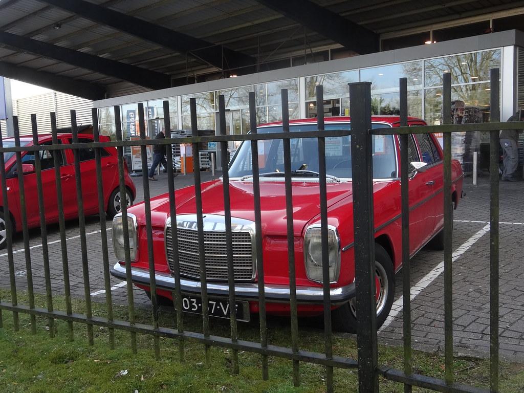 ... 03-37-VF Mercedes 200 D bij Gamma Apeldoorn | by willemalink