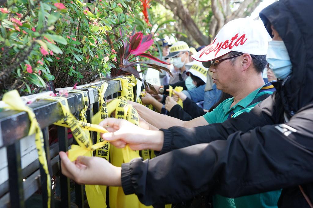 亚太师生将黄丝带繫在教育部围墙,誓言抗争到底。(摄影:王颢中)