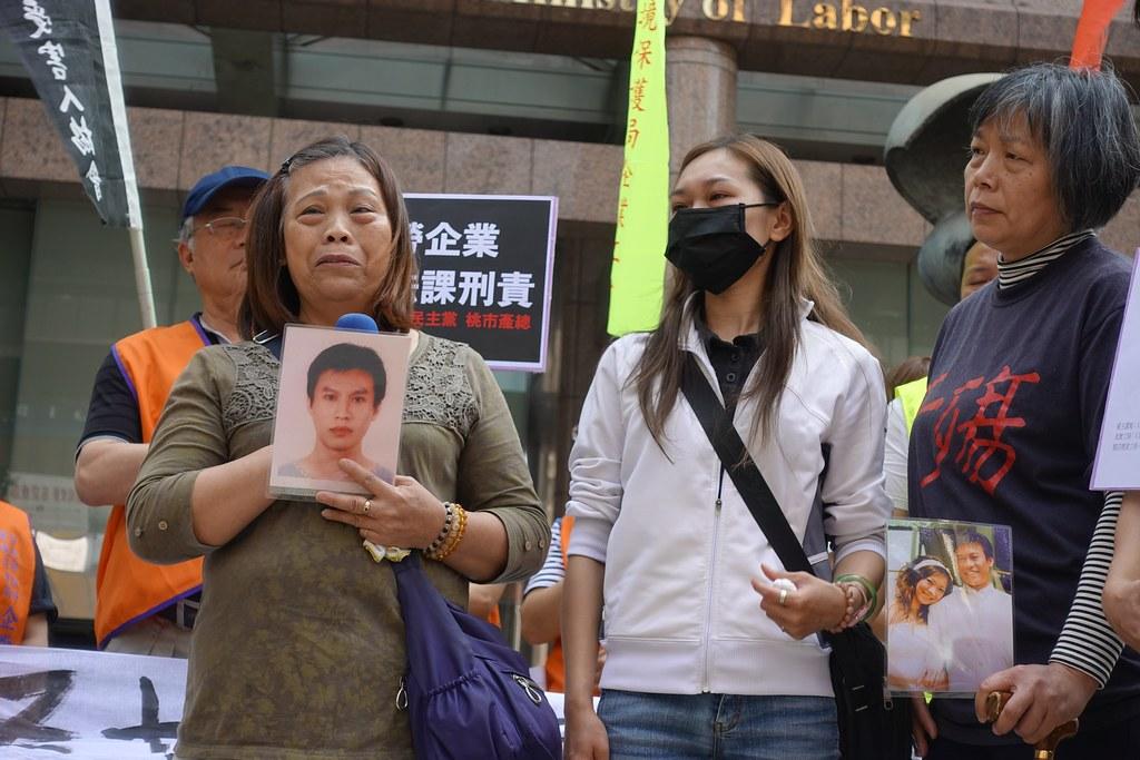 山隆通運司機呂智偉的母親和太太今日到勞動部抗議,要求盡快公布調查報告。(攝影:張智琦)