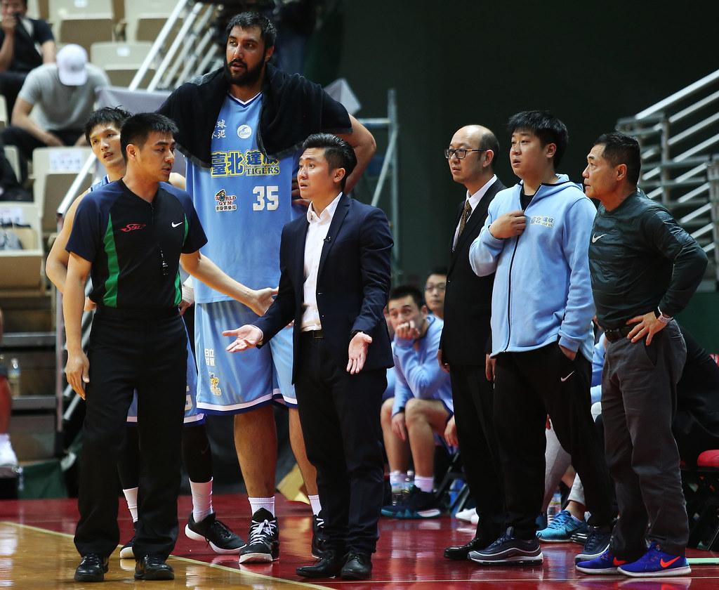達欣總教練范耿祥(圖中)對於裁判尺度大抱不平。(籃協提供)