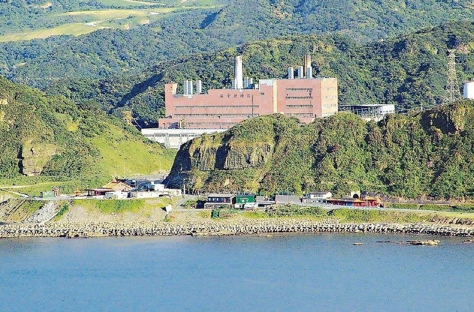 目前已經除役拆除的台電深澳燃煤火力發電廠的檔案照片。(台電月刊)