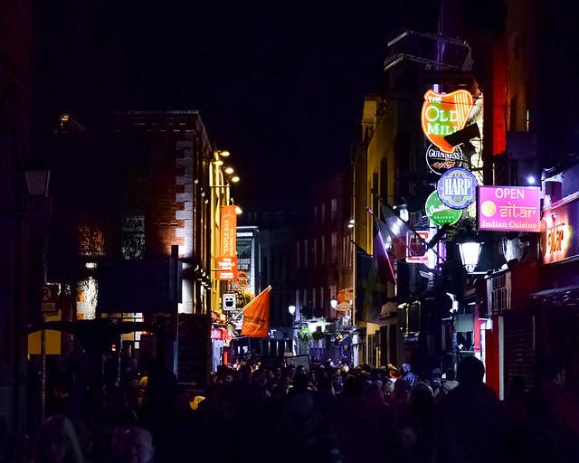 Barrio de Temple Bar en la noche, un imprescindible que ver en el centro de Dublín