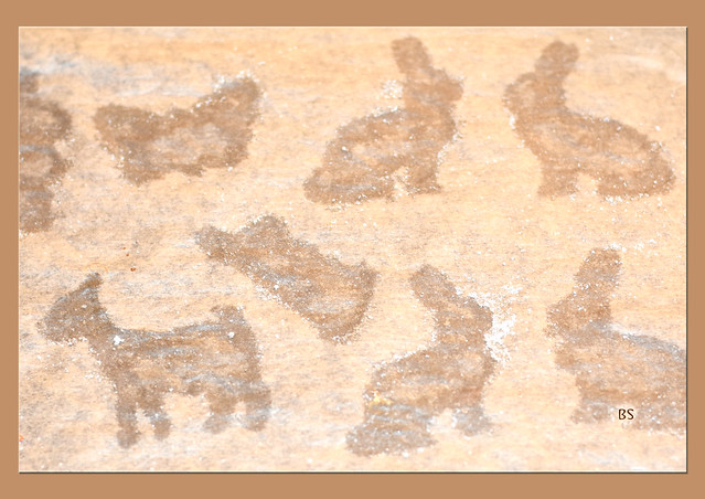 Buttergebäck ausstechen an Ostern / im Frühling ... Fettflecken auf dem Backpapier ... Foto: Brigitte Stolle