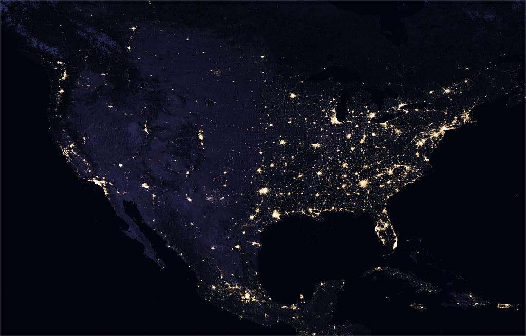 北美洲大陸夜晚空照(2016年)。圖片來源:NASA Earth Observatory。製圖:Joshua Stevens。