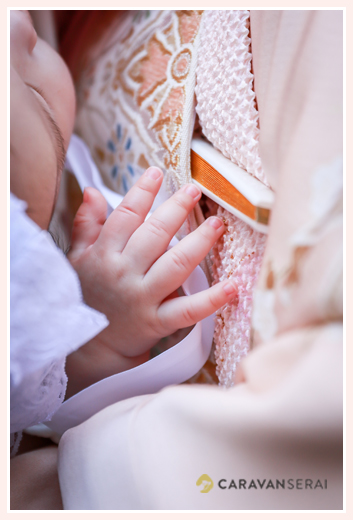 熱田神宮でお宮参り写真の後、ご自宅で自然な姿の家族写真を出張撮影 中部地方でロケーションフォトを撮る女性カメラマン