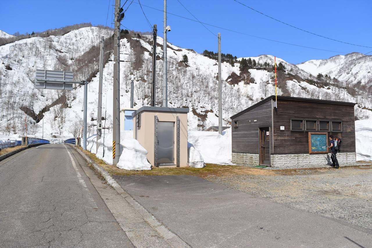 日向倉山 登山道近くのトイレ