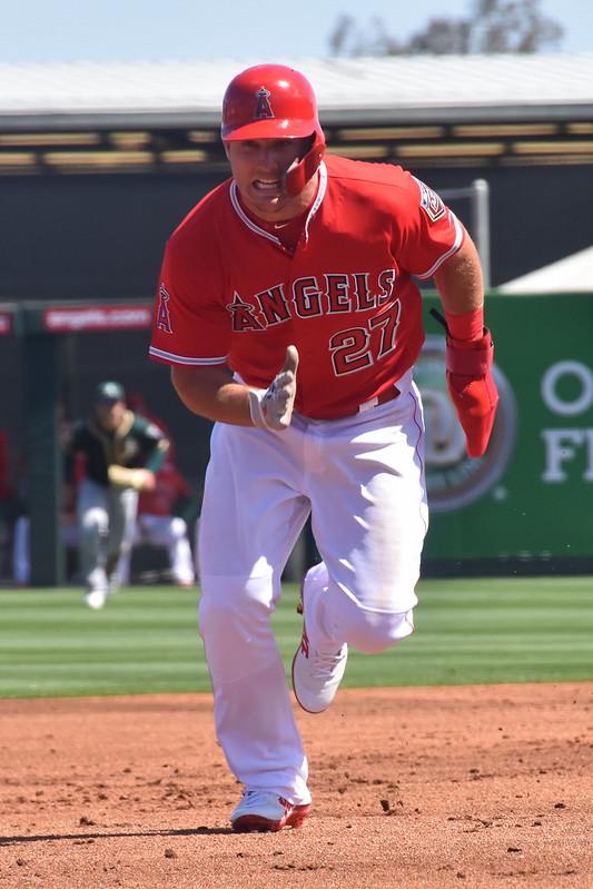Mike Trout 跑壘時左手戴上保護手套。(作者提供)