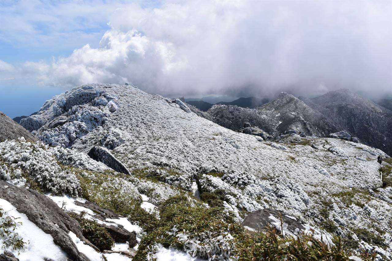 宮之浦岳から眺める黒味岳方面の雪景色