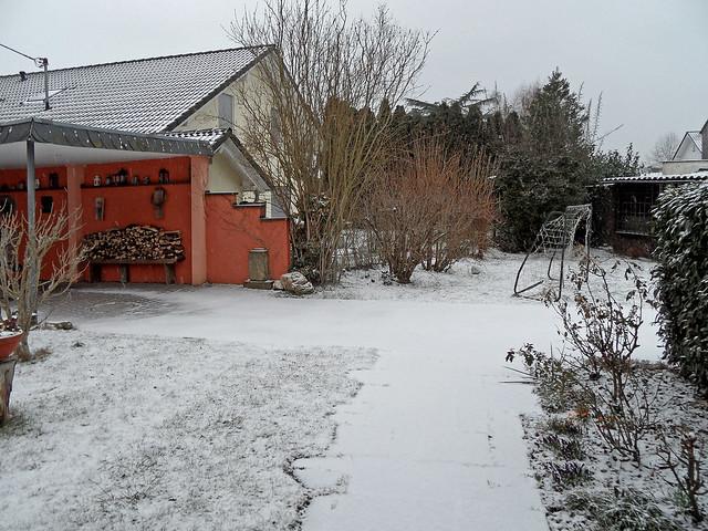 Gartenweg, dünn beschneit