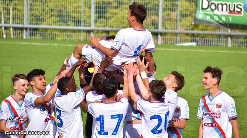 i ragazzi dell'under 17 festeggiano il goal di Ramella contro il trapani a fine partita