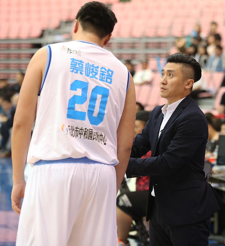 達欣總教練范耿祥(右)面對今天的輸球結果不擔心。(籃協提供)