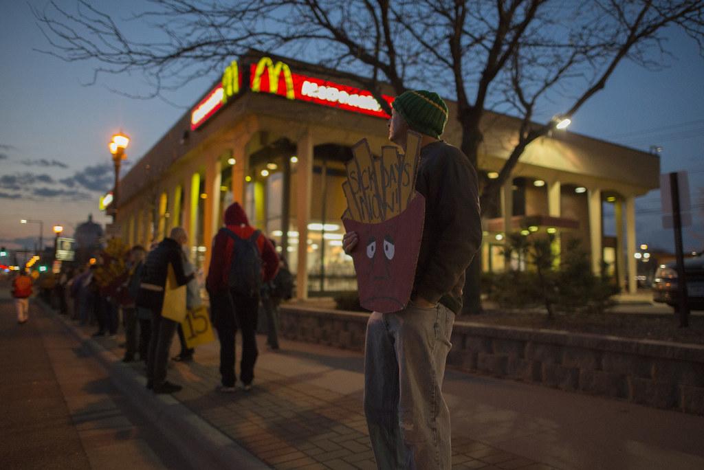 2016年4月14日,美国明尼苏达州圣保罗市的速食店工人罢工,为更高的基本工资和更好的福利而奋斗。(图片:Fibonacci Blue/Flickr)