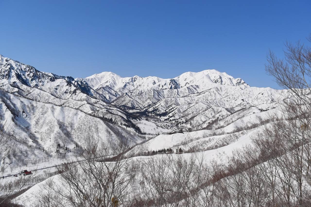 雪の越後駒ヶ岳と中ノ岳