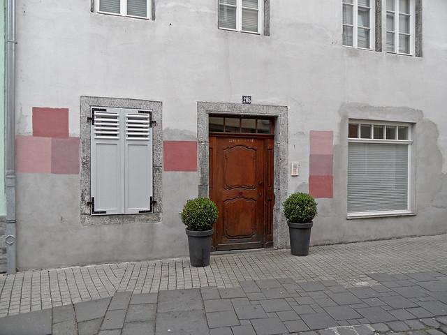 Verschiedene Farbproben auf einer Altbaufassade