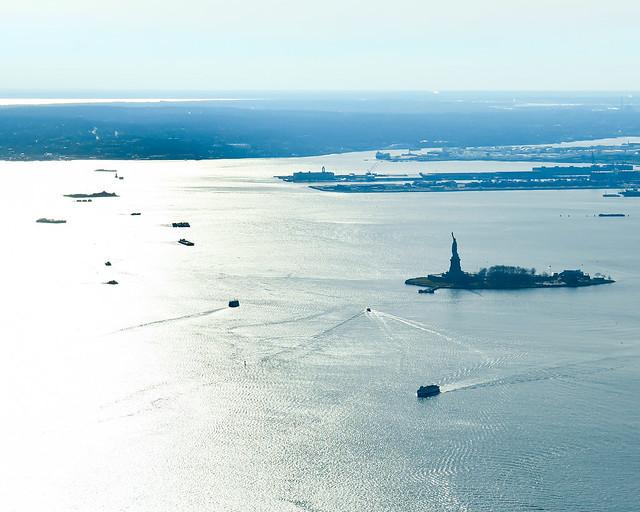 Vistas del Hudson y la estatua de la libertad al atardecer desde lo alto del One World Observatory
