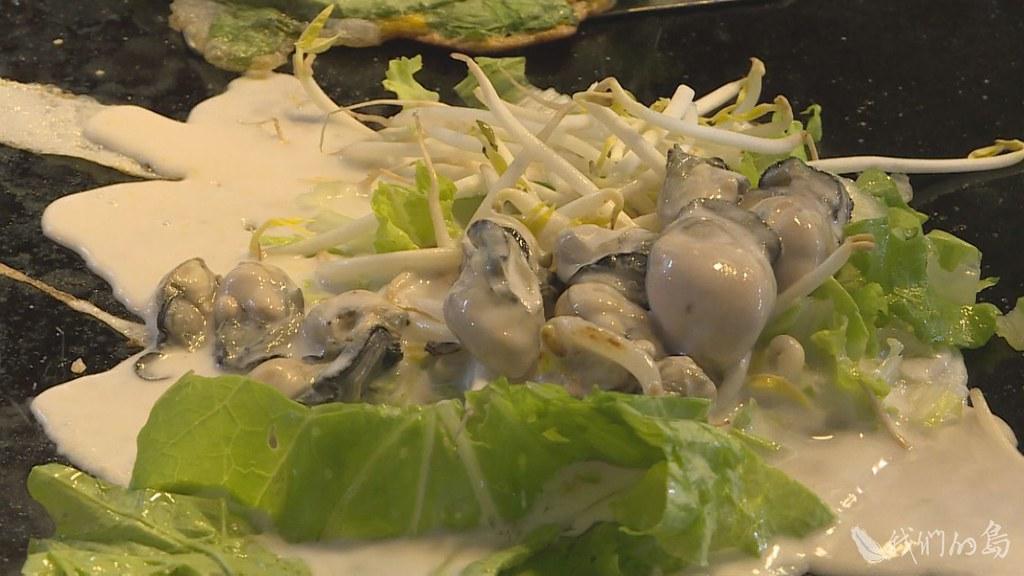 946-1-2蚵仔煎是台灣道地的美食,然而環境的惡化,很可能讓它從餐桌上消失。