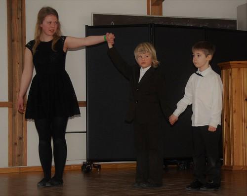 Tre frå barnelaget dansar på sjokoladekappleik