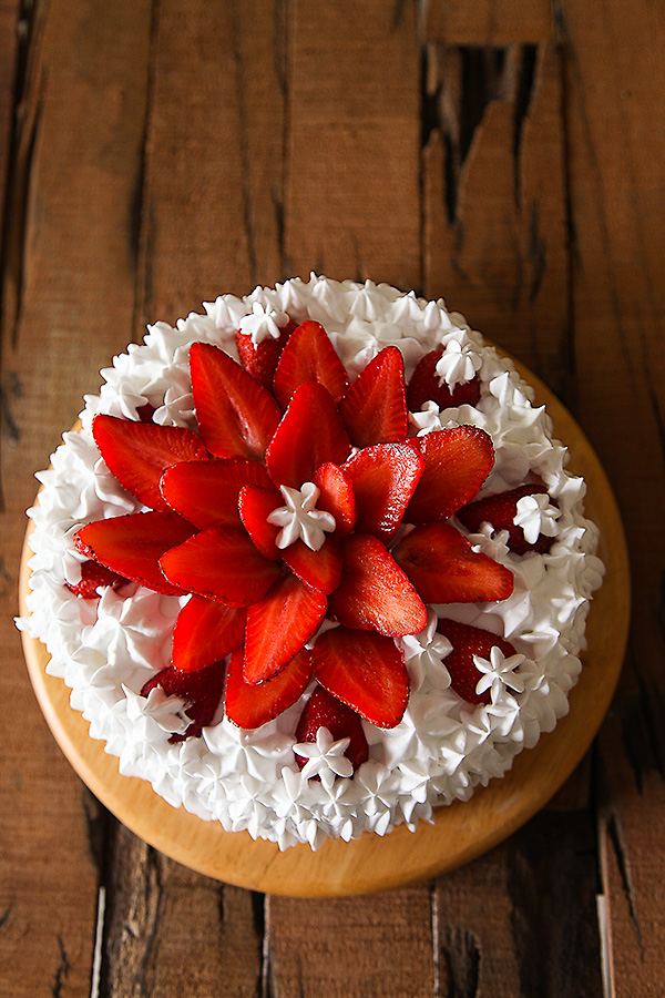 Strawberry Cream Cake | Eggless Strawberry Cream Cake Recipe