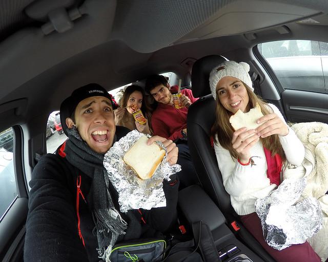 Comiéndonos unos bocadillos y espaguetis dentro del coche en Irlanda del Norte