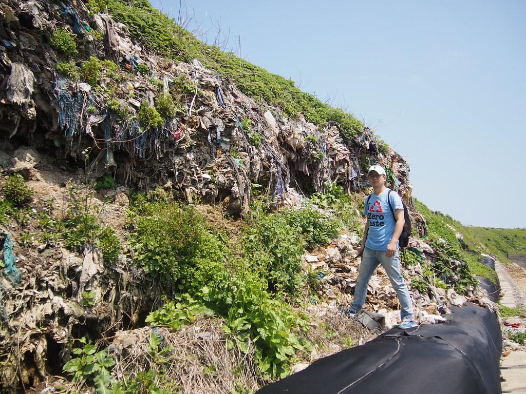 受台灣環境資訊協會邀請來台,毛達參訪台灣廢棄物議題,在潮境公園觀察昔日的海邊垃圾掩埋場。攝影:陳宣竹。