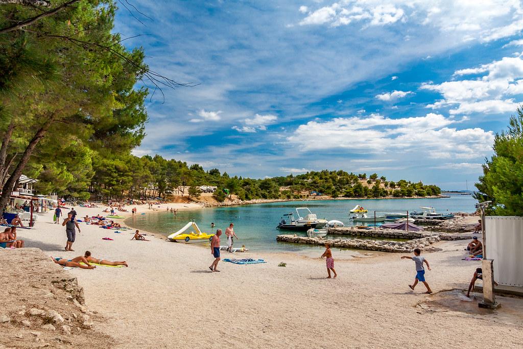 Пляж поруч з містечком Сукошан, Хорватія