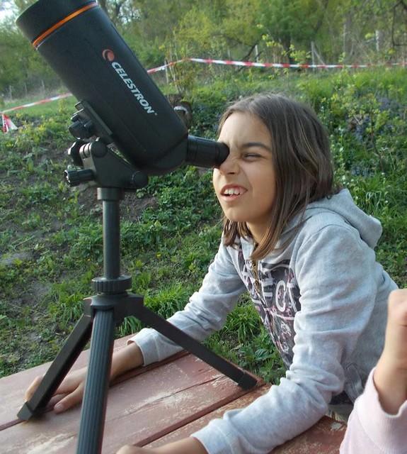 VCSE - Az esti szürkületben Csizmadia Míra figyeli a Holdat egy 70/750-es, Celestron-gyártmányú Makszutov-Cassegrain távcsővel. Figyeljük meg a rendkívül hordozható távcsövet és állványát. - Csizmadia Ákos felvétele
