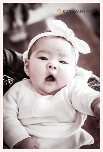 お宮参りと家族写真の出張撮影 フォトスタジオや写真館でなくご自宅(愛知県日進市)だからこその自然な表情・笑顔 女の子の100日祝い