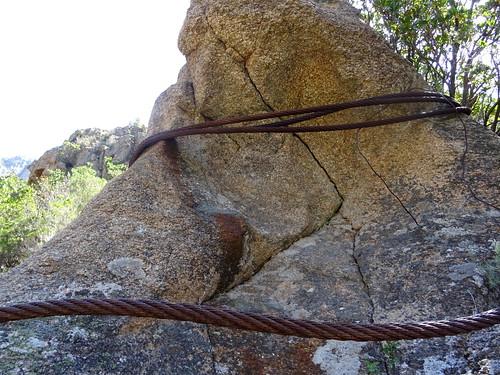 Câbles du téléphérique enroulés autour d'une petite pointe rocheuse
