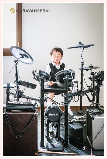 ローランドのドラムセットを叩く男の子