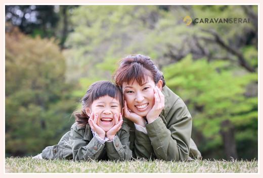 ママと女の子(娘)が芝生に寝転んでツーショット写真
