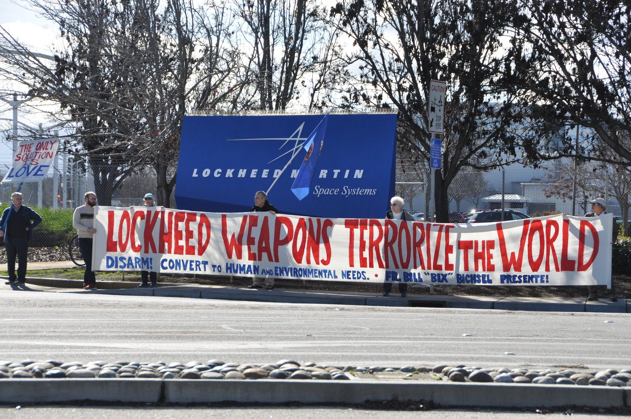 美國反戰團體Catholic Workers今年初在加州桑尼維爾的軍火商洛馬(Lockheed Martin)總部外抗議。這個抗議行動每月一次,自1970年代開始持續至今不曾間斷。(照片提供:倪慧如)