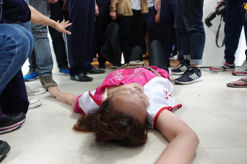 居民湯家梅因推擠昏倒在地,緊急送醫。(攝影:張智琦)