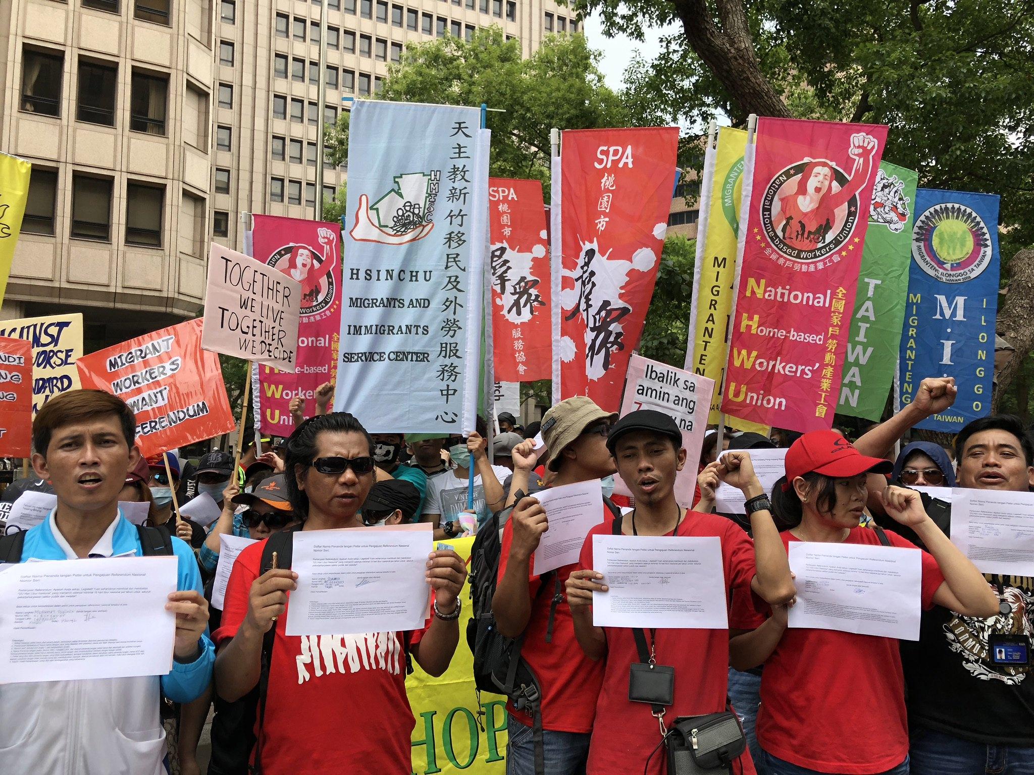 彩立方移工联盟号召非公民共同加入劳权公投连署。(摄影:王颢中)