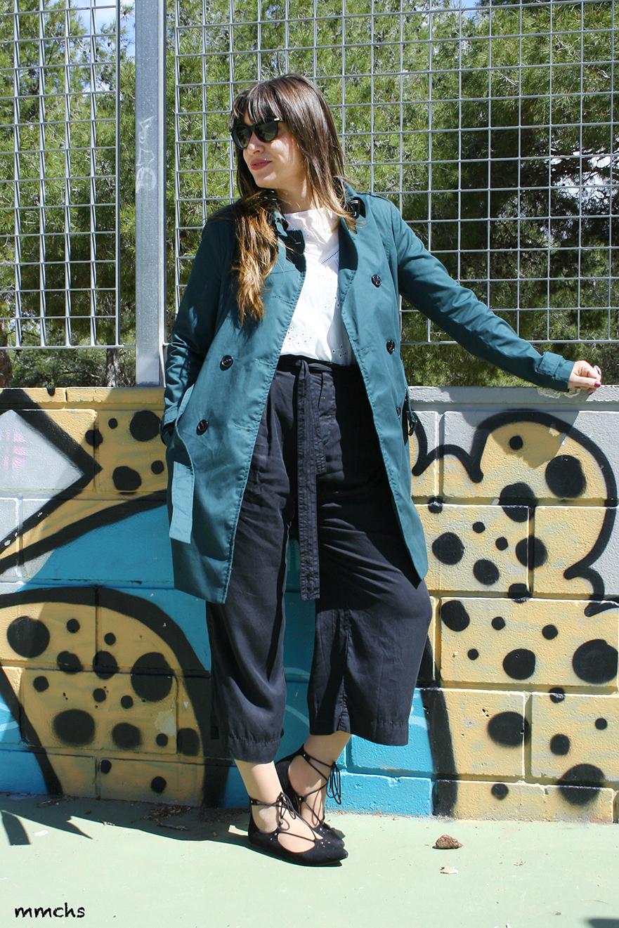trench en color verde y pantalón culotte negro