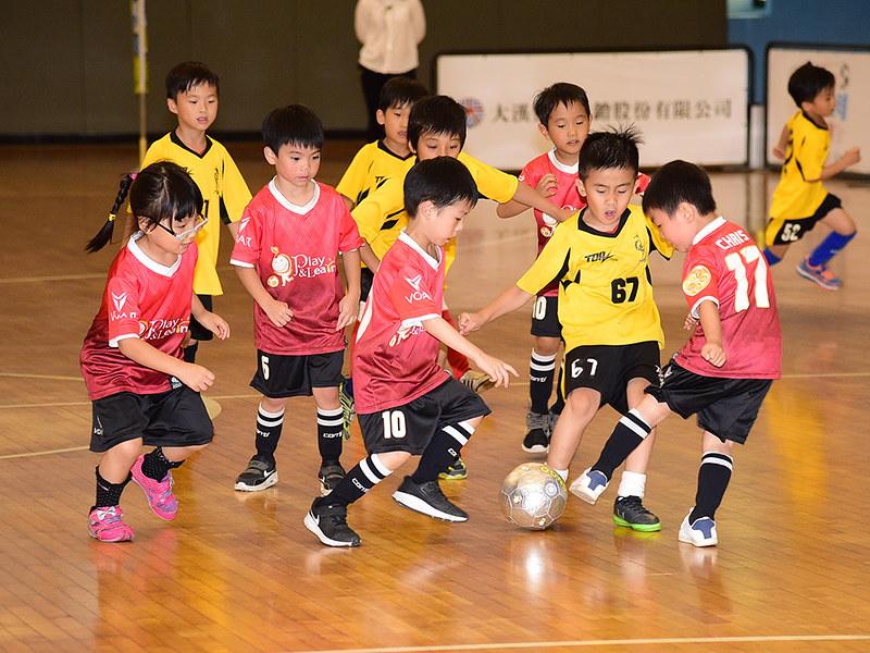 記者會現場也由兩所幼稚園的小球員們進行足球觀摩賽。(主辦單位提供)