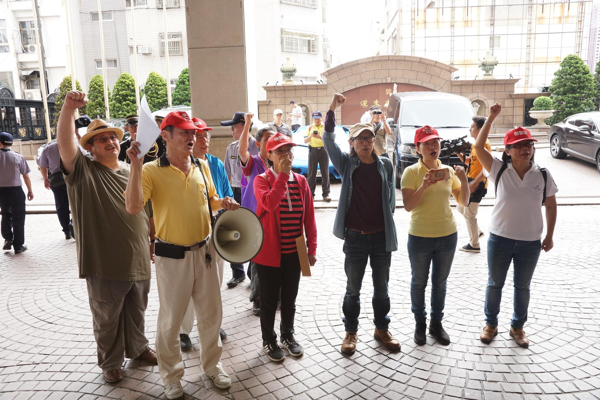 勞動黨在召開記者會後派出代表前往會場門口陳情。(攝影:王顥中)