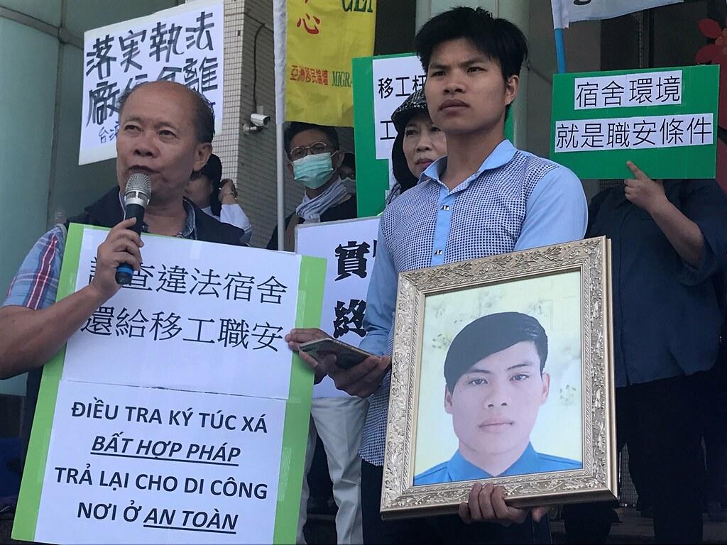 矽卡殉職員工阮文薦的哥哥阮文忠(右)表示,他希望市政府看見移工的處境,落實勞動檢查,更加重視移工的生命安全。(攝影:張宗坤)