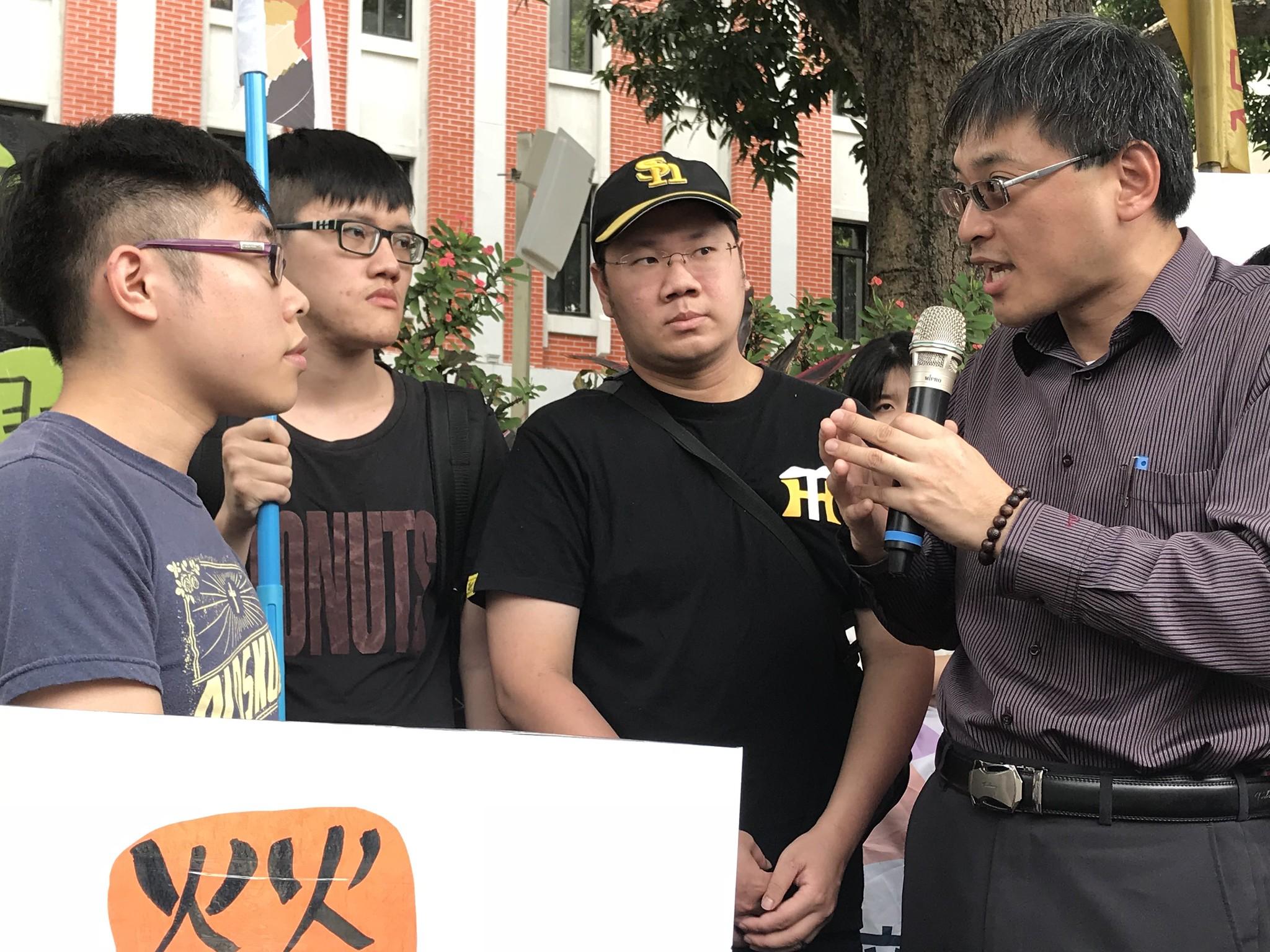 出面回应的科长曾新元只表示教育部会依法行事,会再要求各大学自行查处,此话一出即遭学生们严厉批评。(摄影:张宗坤)